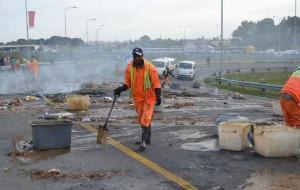 On Friday the N2 had to be closed after residents dumped Image: Daily Sun / Lulekwa Mbadamane / Media 24 PTY LTD/ Gallo Images