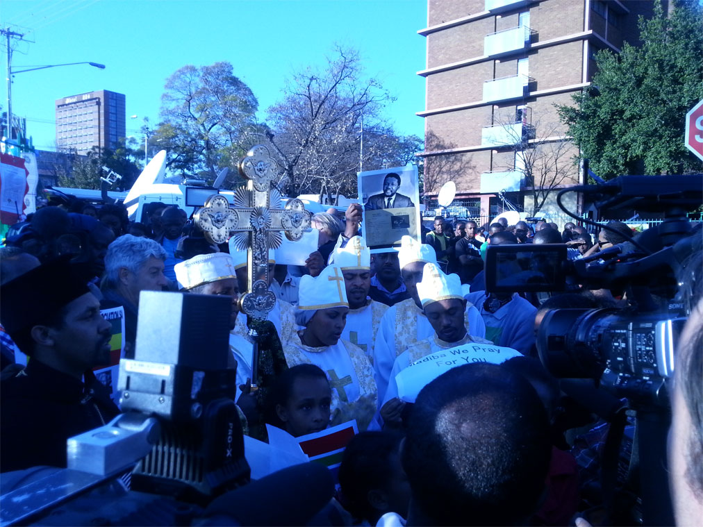 The crowd joined Ethiopian church representatives in song and prayer outside the hospital. – image – The Public News Hub